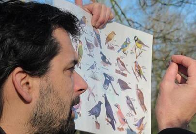 Alexandre Roubalay, animateur nature à Sologne Nature Environnement détaille les espèces d'oiseaux hivernants. / http://www.sologne-nature.org/l-association/adh