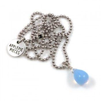 'Happy tears are words the heart can't express'. Deze handgemaakte glazen druppels, met .925 sterling zilveren beslag, staan symbool voor de mooiste tranen die je kunt laten. Deze opal baby blue Happy tear (10 x 15mm) staat o.a. voor gezondheiden groei.Let op!Een 'standaard ketting' t.w.v. €19,50 bestaat uit een Happy tear, verzilverde 2 mm ball chain (42 cm). Bij 'variant' kun je ook aangeven dat je all...