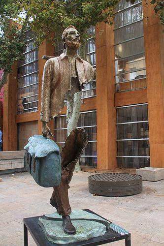 Marseille, près du vieux Port, Le Voyageur, sculpture de Bruno Catalano