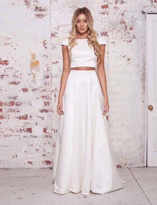 Em versão noiva top cropped, esse look lindo em duas peças, super fashion e minimalista, que pode compor um casamento na praia ou no campo, apenas com variações mínimas de acessórios. Modelo da grife Karen Willis Holmes