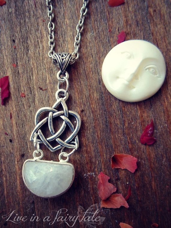 Moonstone love celtic knot necklace di liveinafairytale su Etsy #moonstone #moon #witch #wicca #pagan #celticknot #fairytale