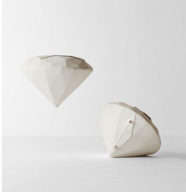 """PAULA ESTRADA MATYASOVA.  Almapropia Joyería contemporanea.  Broche en porcelana y plata 925.  Serie """"Diamantes Brillantes""""  diametro : 70 mm  Altura (h): 35 mm"""