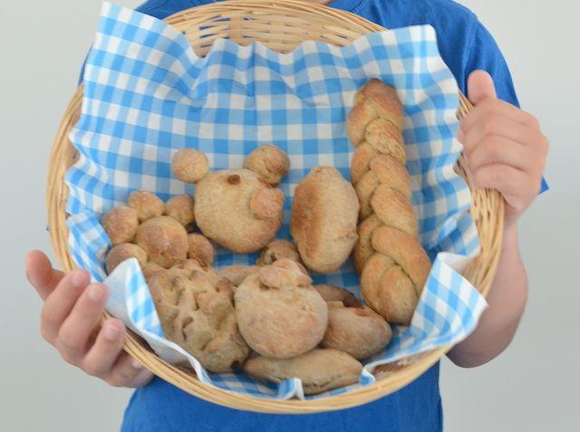 Een leuke tip om met kinderen te doen bij regen: samen broodjes bakken.