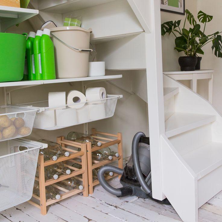 Leg de stofzuiger onder de laatste traptrede en hang de strijkplank aan de binnenkant van de deur. | #STUDIObyIKEA #IKEA #IKEAnl #opbergen #indeling #voorraadkast #stofzuiger #schoonmaakmiddelen #spullen #tips