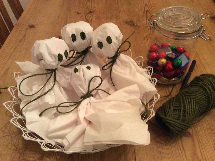 Noen hvite servietter, litt hyssing og godterier blir søte små spøkelser til Halloween.
