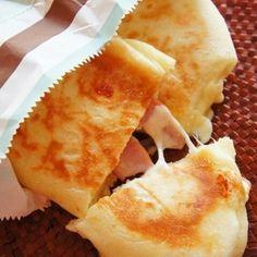 [捏ねない!発酵20分!]フライパンでとろ~りチーズとベーコンのパニーニ by 珍獣ママ(後藤麻衣子)さん | レシピブログ - 料理ブログのレシピ満載! こんにちは。 何かと滞ってしまってすみません、 珍獣ママ です。 私が体調を壊すと、珍獣どもは何かと気にかけてくれるのですが、 その気にかけ方が、なあ。 チビ珍獣が奇声を発すると、 すかさず兄珍獣が...