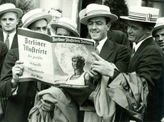 """1936 - Berlin:  The US Olympic team reading a special edition of the """"Berliner Illustrierte"""" magazine on the Olympic Games © DHM/Schirner"""