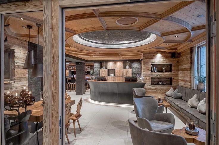 Wie gefällt euch unser neuer Eingangsbereich??? #hereinspaziert #herzlichwillkommen #sporthotelsilvrettaischgl #ischgl #architecture #design #altholz #travel #vacation #beautiful #style