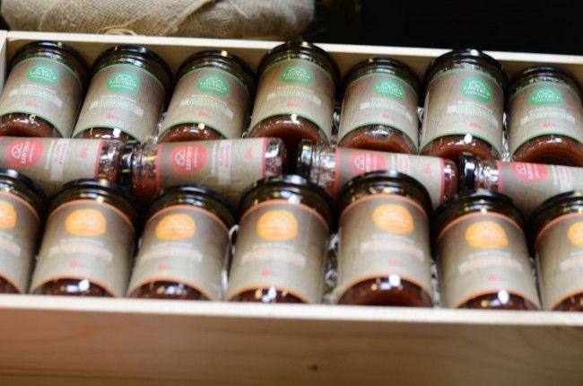 De tre varianter af rabarbermarmelade fra Lovtrup.   Den grønne øverst er med rabarber/hyldeblomst.  Den røde i midten er ren rabarber. Du gule nederst er med rabarber/citron/lakrids  Læs mere på www.lovtrup.dk