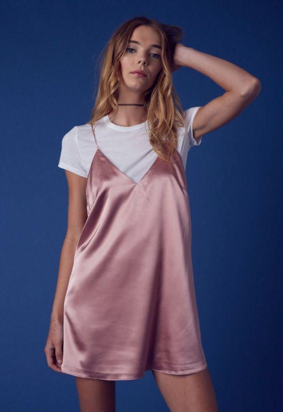 Sobreposição de vestidinho rosé, tshirt branca e choker