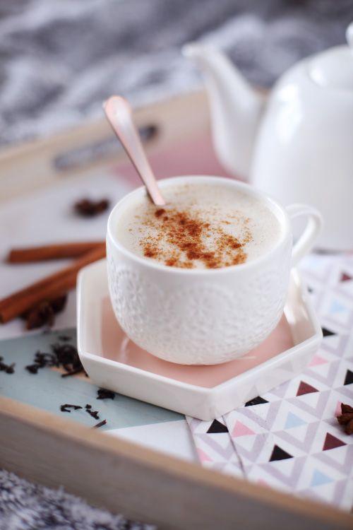 Le Chaï Latte est la boisson indienne tendance du moment à base de thé noir, d'épices et de lait. Et comme j'aime de plus en plus le thé, je succombe moi a