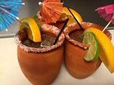 CANTARITOS LOCOS CON TEQUILA, Ingredientes Sal para escarchar Hielo 1 1/2 oz (1 caballito) de tequila 1 limón grande, 2 cucharadas de jugo de naranja, fresco 2 cucharadas de jugo de toronja, fresco Refresco Squirt, al gusto trocitos de piña Gajos de limón, naranja y toronja (con cáscara) para decorar En vaso escarchado con sal, agrega hielo, tequila, jugo de limón, jugo de naranja, jugo de toronja y Refresco Squirt. Mezcla bien. .