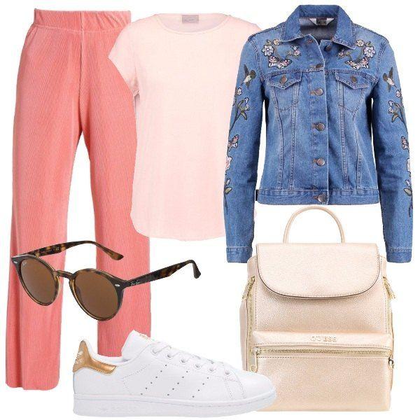 Outfit composto da pantaloni a vita alta, camicetta con scollo tondo, giubbotto di jeans con applicazioni, sneakers basse, zaino in ecopelle e occhiali da sole con montatura marrone.