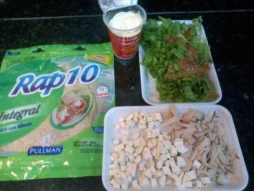 Receita: Wraps Recheados - Ingredientes: Massa, Alface, Queijo, Tomate, Peito de Peru e Requeijão