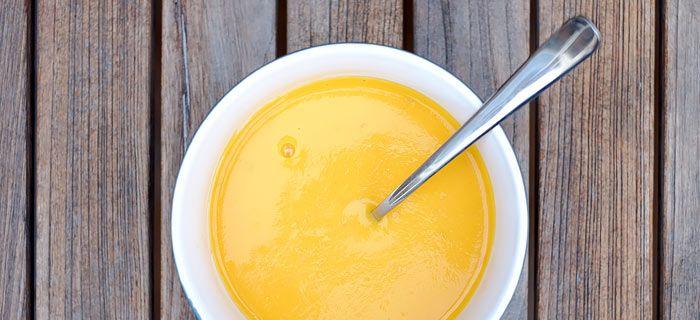 Romige wortel-tomatensoep met gele paprika