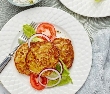 Matiga kikärtsplättar som är ett nyttigt och gott alternativ till vanliga pannkakor. Genom att göra en smet på både kikärter och majs blir plättarna lite söta och underbart saftiga. Vispa ihop en enkel fetaostkräm med matyoghurt och servera med en fräsch sallad.