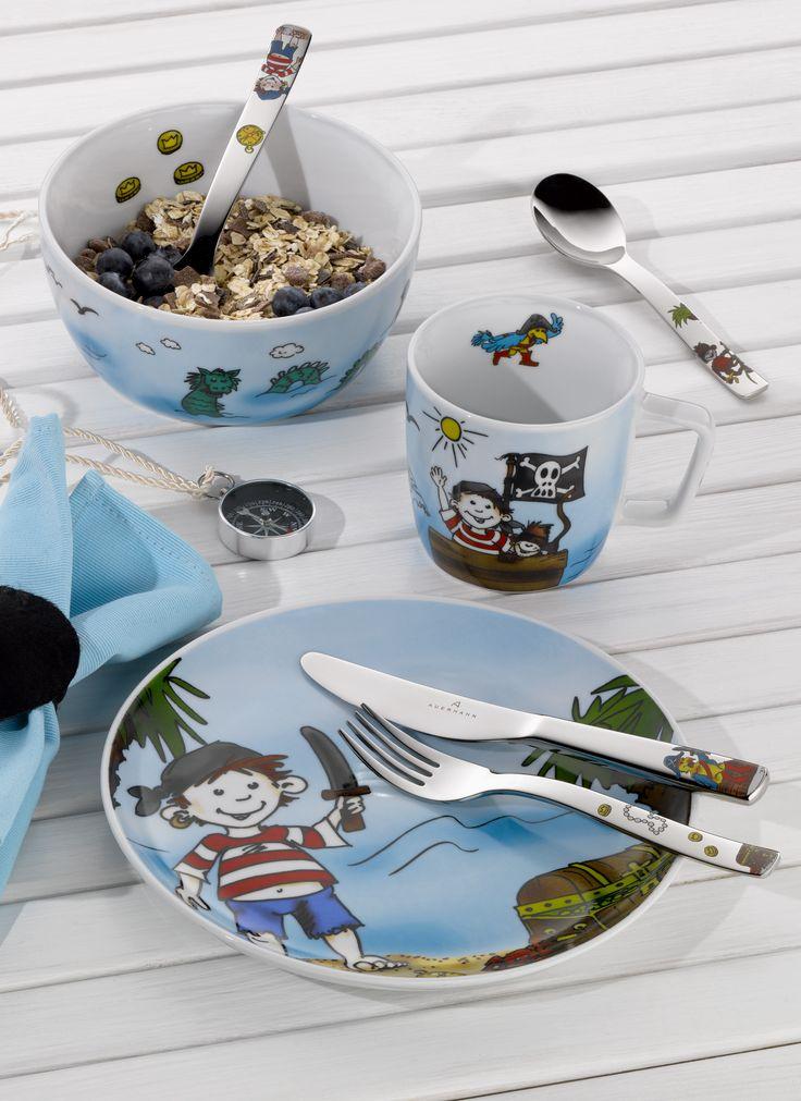 Piękny 7-częściowy zestaw Pirat Paddy marki Auerhahn. Zestaw składa się z kubeczka, miseczki, talerzyka, łyżki obiadowej, noża obiadowego, widelca obiadowego oraz łyżeczki do herbaty. Wszystkie elementy zdobione są grafiką o tematyce związanej z piratami. Doskonały pomysł na prezent dla chłopczyka.