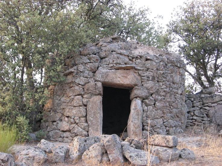 Bonito chozo ganadero en la comarca de La Jara (Villuercas, Ibores, La Jara) cerquita de Peraleda de San Román. Los berrocales de esta zona forman un paisaje mágico.
