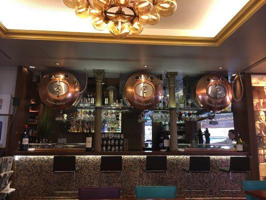 Plafón de bolas ámbar para el Café Varela