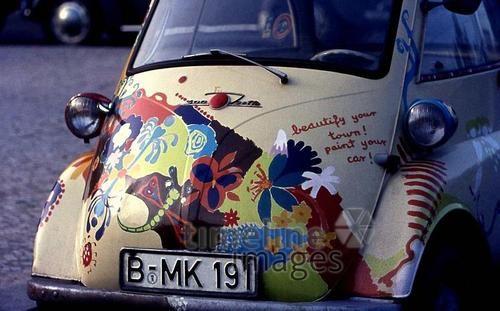 BMW Isetta am Kurfürstendamm in Berlin, 1964 Juergen/Timeline Images #bunt #farbenfroh #bemalt #Auto #Oldtimer #BMW #Kudamm #Berlin #verziert