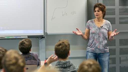 Algemeen Dagblad 18.11.2014: Leraren waarschuwen voor risico's van sturen naaktfoto http://www.ad.nl/ad/nl/1040/Den-Haag/article/detail/3792873/2014/11/18/Leraren-waarschuwen-voor-risico-s-van-sturen-naaktfoto.dhtml
