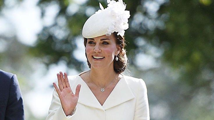 KLASSISK: Hertuginne Kate valgte en strammere look enn ved forrige dåp - men så likevel fresh ut i sin hvite drakt. Foto: NTB Scanpix