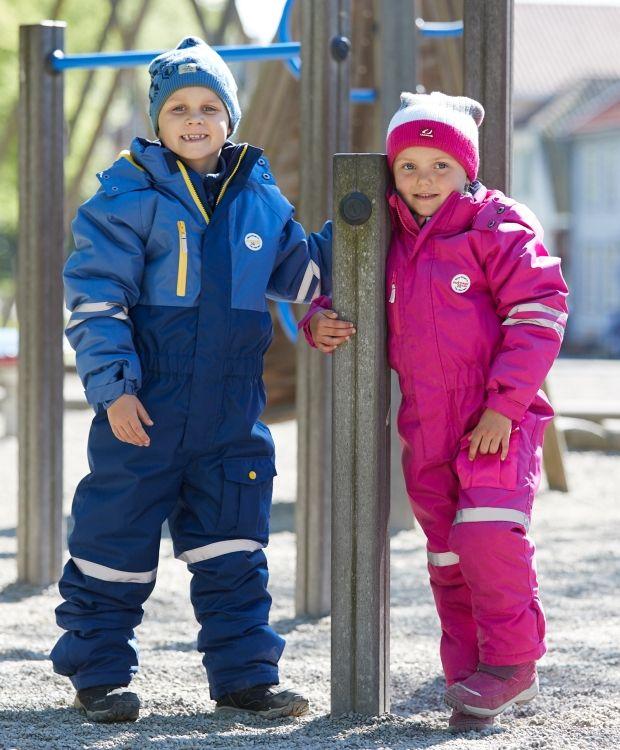Barnehagepakke To-delt regnsett: Vanntett jakke og bukse i PU materiale. Gode reflekser foran og bak. Parkdress: Varm, vindtett og vannavstøtende hel dress med ekstra forsterkninger på knær og i setet for å tåle slitasje.  Fleecesett med jakke og bukse.  Alt barna trenger til barnehage og SFO.