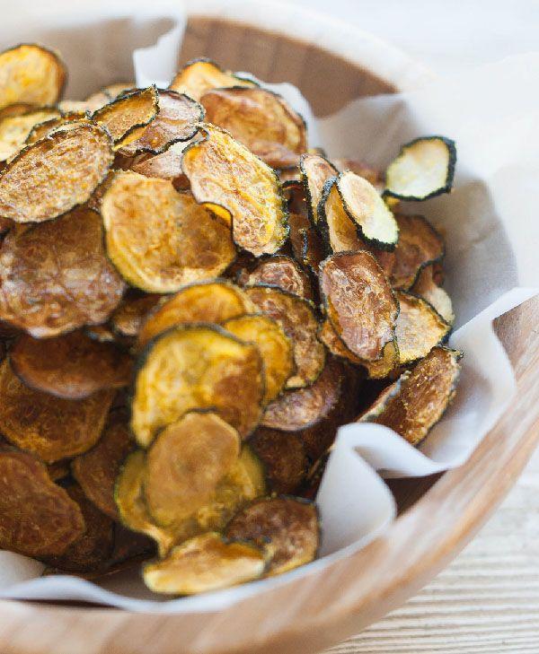 Courgette chips: 2 courgettes - olijfolie - 1/4 el.kerriepoeder - 1/8 el.knoflookpoeder - 1/8 el.zeezout. Verwarm oven voor op 100 gr.- Ovenpapier op rooster, bestrijk met olijfolie. Maak dunne schijfjes van courgette, bijv.met mandoline. Leg ze op rooster - bestrijk ze met wat olijfolie - mix de kruiden & strooi ze eroverheen - Ca.30 min.in de oven. Zijn klaar als ze goed uitgedroogd zijn, degene die nog niet zijn, even terug. Ook lekker met alleen wat zout & peper of Parmezaanse kaas…