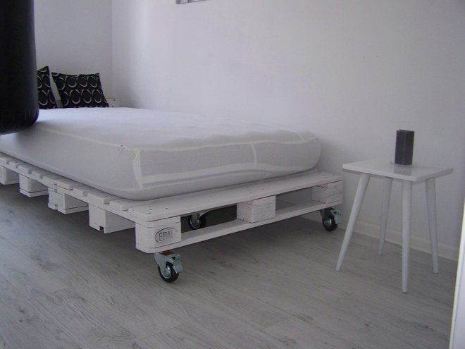 Wnętrza, mała sypialnia, łóżko z palet - sypialnia, łóżko, łóżko z palet