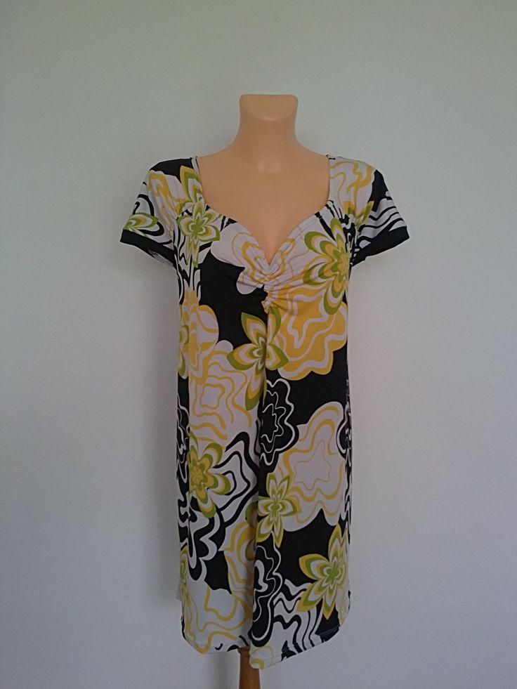 Halenka-žluto černý květ Halenka,s řasenými rukávky(lemovanými černě) a dekoltem ze směsového PES úpletu,,,není zde ani špetka bavlny,,,halenka se nemačká,nemusí se žehlit,rychle schne,materiál je podobný žoržetu či šifonu,není studivý ani chladivý,ale přesto dobře splívá na těle,je to vyloženě letní materiál....praní na 30st. Prsa-138cm Boky-142cm ...