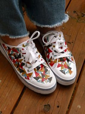 How to Recycle Fabric Scraps...into Restyled Shoes!Canvas Shoes, Crafts Ideas, Comics Book, Canvas Sneakers, Mod Podge, Cute Ideas, Fabrics Decoupage, Decoupage Ideas, Decoupage Shoes