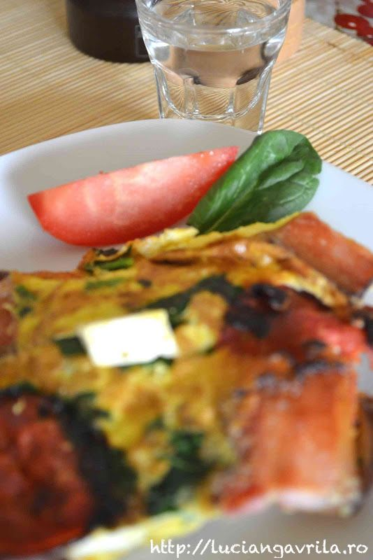 Scrambled eggs with chorizo, spinach and many many others                                                     Păpăradă cu chorizo, spanac și alte alea