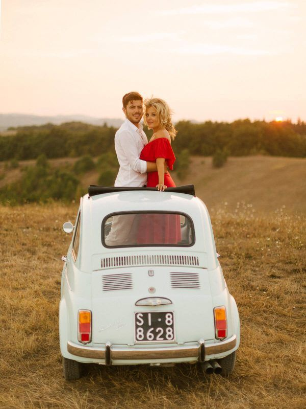 couple with a fiat cinquecento for the engagement session