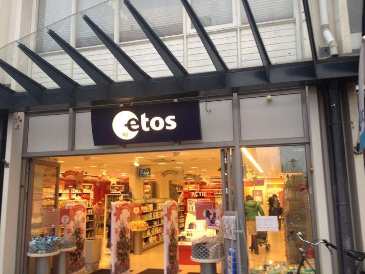Je herkend de winkel aan zijn standaard logo, verder staan er buiten de winkel geen reclameborden waardoor het wat minder aantrekt.