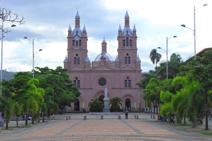 IMAGEN DEL DIA. Guadalajara de Buga Con una población de 115.949 habitantes, Guadalajara de Buga es uno de los principales sitios de visita del suroccidente colombiano por su agradable clima de 23 grados centígrados y su Basílica del Señor de los Milagros, un espectáculo arquitectónico y religioso. Es una de las pocas ciudades del mundo que cuenta con catedral y basílica. http://mostrarmealmundo.com/