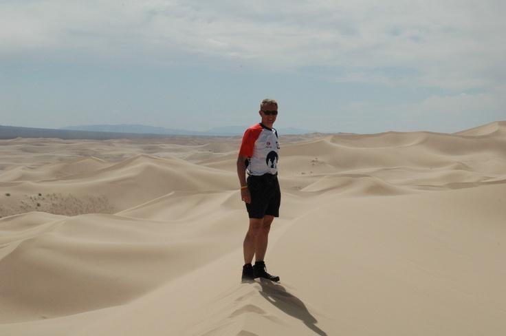 Edwin van den Hazel uit team 139 in de Gobi woestijn in Mongolië