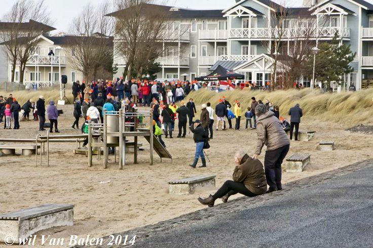 Op deze foto loop ik (zwart jack, blauwe spijkerbroek en pet) op het strand van Hellevoetsluis tijdens de nieuwjaarsduik van 1 januari 2014.