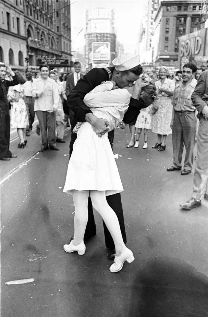 'Sailor kissing the nurse' New York August 14, 1945