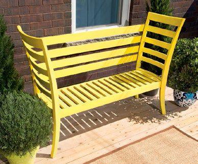 E' tempo di pensare al giardino e alla terrazza. Spesso i mobili da esterno sono però molto cari. Ecco allora l'idea di riciclare due sedie per creare un'elegante panchina da giardino con un budget limitato.