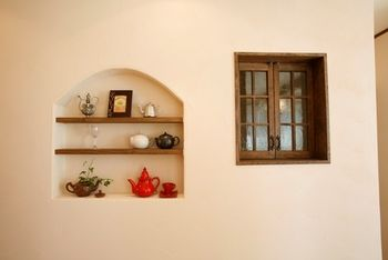 アーチ型のニッチは丸いカーブが優しげです♡食器やキッチンアイテムなどをディプレイしても可愛らしい。赤いポットが白い壁に映えます♪