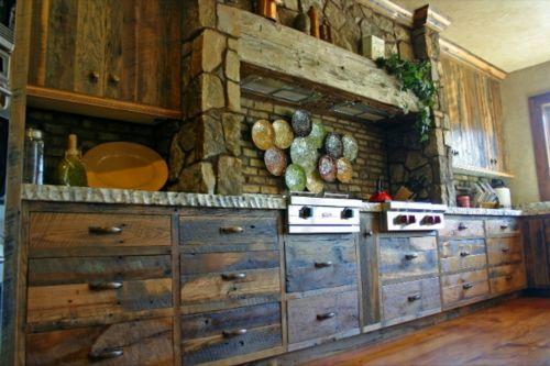 ein  Küchentraum - Küchen Design mit eingebautem Grill rustikal massiv schubladen ziegelwand