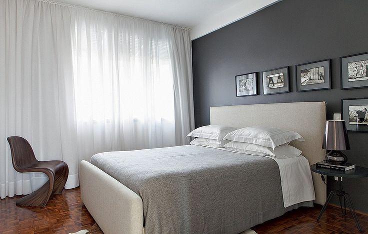 O quarto desenhado pelos arquitetos Marco Donini e Francisco Zelesnikar, do escritório Arqdonini, tem parede cinza e quadrinhos com fotos em preto e branco