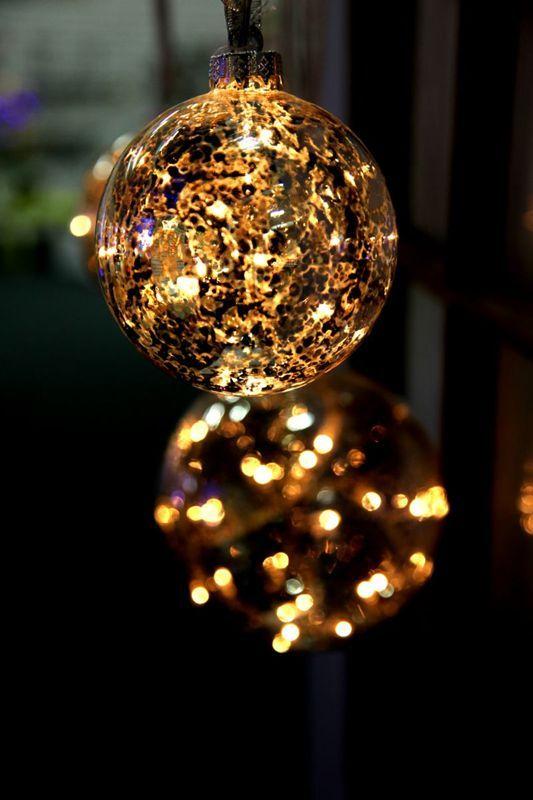 Glaskula klar/guld med ledslinga som lyser fint i fönstret inomhus. https://buff.ly/2znoIUE?utm_content=buffere9a76&utm_medium=social&utm_source=pinterest.com&utm_campaign=buffer