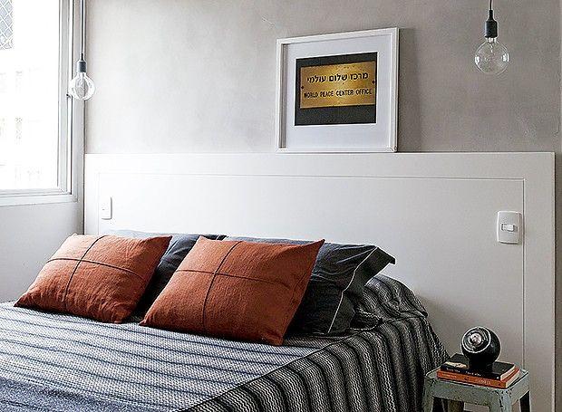 A combinação da cabeceira de madeira laqueada, um pouco maior que a cama, com a parede que recebeu massa de cimento dá um ar contemporâneo ao ambiente. Para completar, o banco Tolix faz as vezes de criado-mudo. A montagem é resultado da parceria da moradora, Daniela Berland, da Díptico Design de Interiores, com o arquiteto Nelson Kabarite.