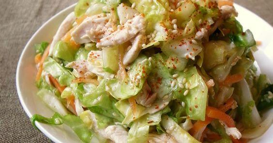 本掲載、700レポ感謝★レンジ加熱の裂いた鶏胸肉がタップリ入ったおかずサラダです。さっぱりな中華ダレでお野菜がモリモリ!