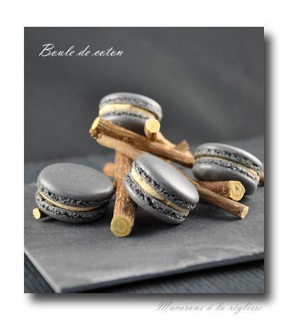 MACARONS A LA REGLISSE (Ganache : 125 g de chocolat blanc – 10 cl de crème liquide – 1 c à s de miel neutre – 1 c à c de réglisse en poudre – 25 g de beurre)