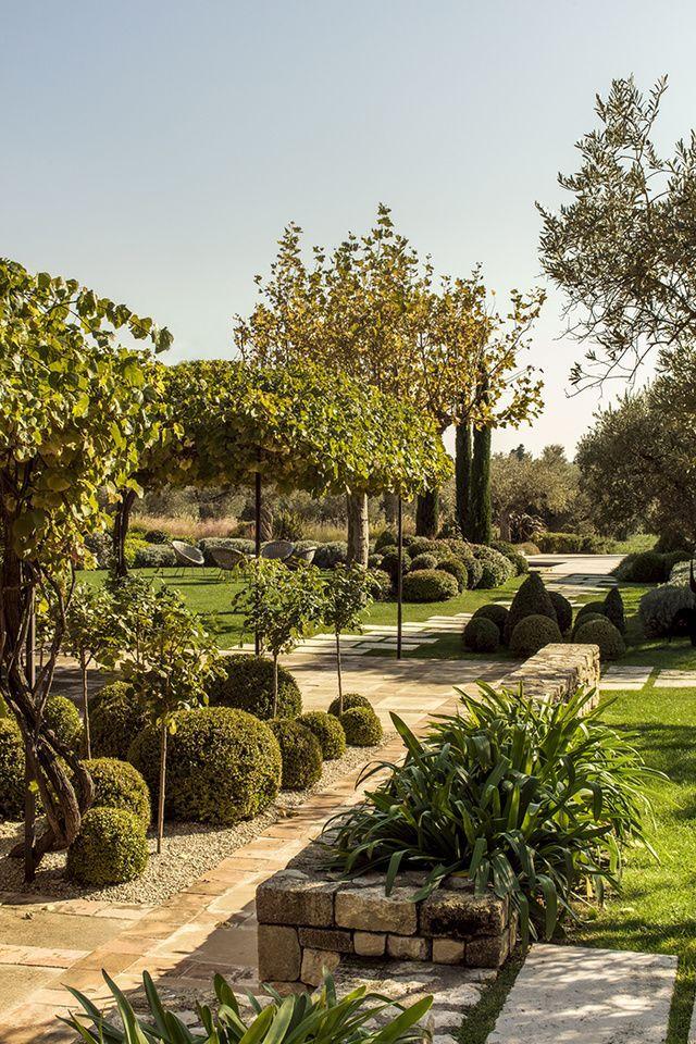 La Deco Vintage D Un Mas Provencal Mediterranean Garden Garden