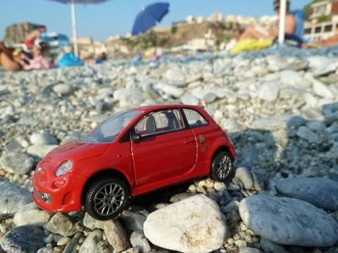 Little red Fiat500: Azt mondják, hogy Scilla egy bájos kis halászfalu csöndes tengerparttal. Valóban az, megnéztem :)/It is said, that Scilla is a cute little village of fishermen with a calm beach. Well, it does true; I have checked it out :)