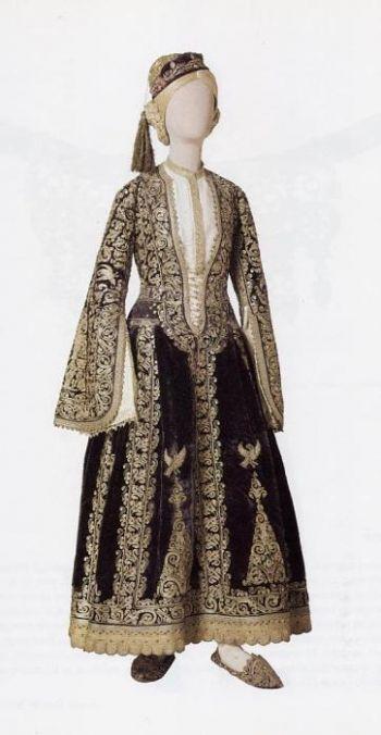 Αστική Ενδυμασία από τα Ιωάννινα - Αρχοντική φορεσιά του 18ου αι. Ανήκε στην Κυρά Φροσύνη, θρυλικής αρχόντισσας των Ιωαννίνων. Αρ. κατ. 1379
