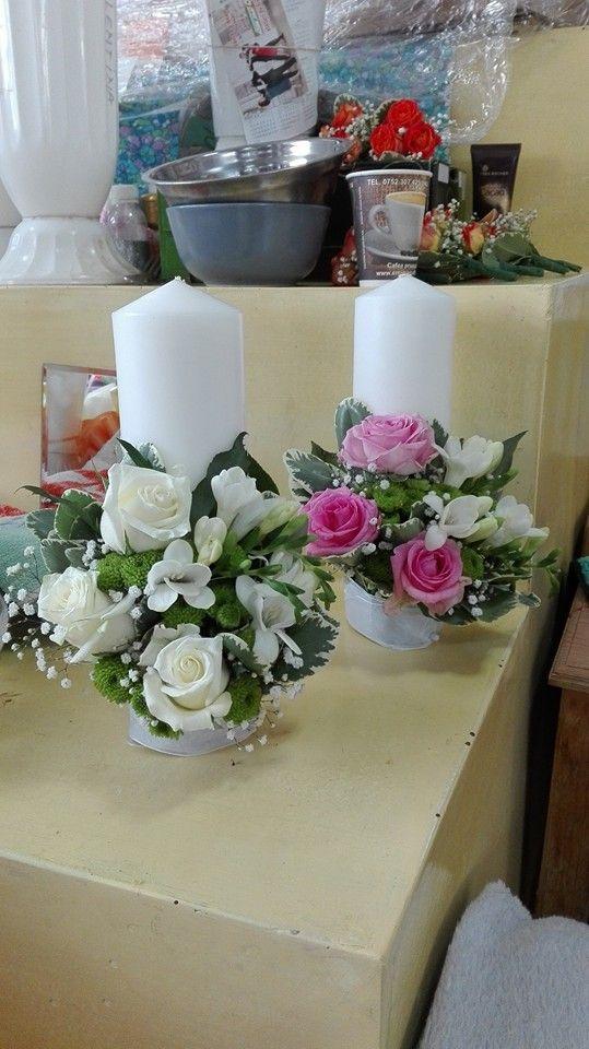 Lumanarile sunt realizate din trandariri albi si roz, santini si frezie